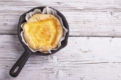 Tarte faite maison fraîche avec trois genres de fromage et de pâte feuilletée croustillante Photographie stock libre de droits