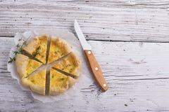 Tarte faite maison fraîche avec trois genres de fromage et de pâte feuilletée croustillante Images libres de droits