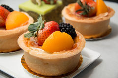 Tarte fraîche de fruit de table en fruits tropicaux assortis Images stock