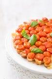Tarte fraîchement cuite au four avec des tomates-cerises sur le blanc Image libre de droits
