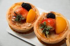 Tarte fraîche de fruit de table en fruits tropicaux assortis Image stock