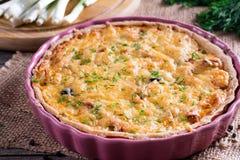 Tarte français traditionnel de quiche avec avec du fromage et le lard sur la table en bois Image libre de droits