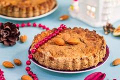 Tarte Gluten-gratuite d'Apple avec de la cannelle, les amandes et le chocolat pour Noël Photos libres de droits