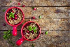 Tarte gratuit de croustillant de canneberge de gluten délicieux photographie stock