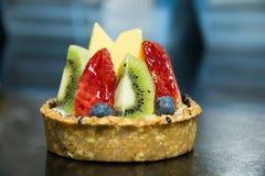 Tarte mélangée de fruit Un remplissage au goût âpre de base de crème anglaise photos stock
