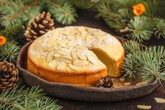 Tarte norvégien d'amande de Noël traditionnel dans des décorums de Noël image stock