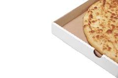 Tarte ou pizza de fromage rond dans la boîte blanche de Carboard, d'isolement Image stock