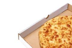 Tarte ou pizza de fromage rond dans la boîte blanche de Carboard, d'isolement Photographie stock