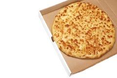 Tarte ou pizza de fromage rond dans la boîte blanche de Carboard, d'isolement Images libres de droits