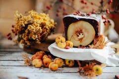 Tarte ouvert rustique de pomme et de poire dans l'arrangement rustique de table Pe cuit au four photos libres de droits