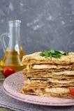 Tarte, pain pita de cocotte en terre avec le fromage de champignon et blanc et le fromage d'un plat sur un fond en bois Photos stock