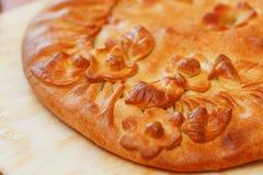 Tarte russe avec des pommes de terre et des champignons sur la table A fra?chement fait le grand g?teau cuire au four d?cor? des  images stock