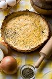 Tarte rustique traditionnel aux oignons et au fromage photographie stock libre de droits