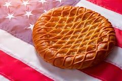 Tarte s'étendant sur le drapeau des Etats-Unis Image stock