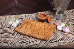 Tarte sur la table avec l'ensemble de nourriture Photo libre de droits