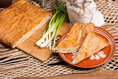Tarte sur la table avec l'ensemble de nourriture Photos stock