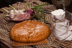 Tarte sur la table avec l'ensemble de nourriture Images stock