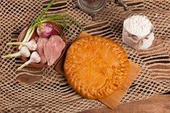Tarte sur la table avec l'ensemble de nourriture Photographie stock