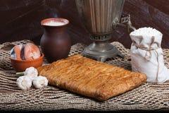 Tarte sur la table avec l'ensemble de nourriture Photo stock