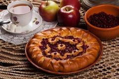 Tarte sur la table avec l'ensemble de nourriture Image stock