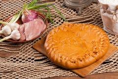Tarte sur la table avec l'ensemble de nourriture Images libres de droits