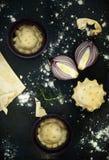 Tarte Tatin con las cebollas caramelizadas fotografía de archivo