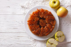 Tarte Tatin met appelen en karamel op een plaat horizontale bovenkant v Royalty-vrije Stock Foto