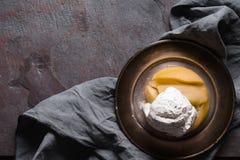 Tarte Tatin z lody na blaszanym talerzu na pielusze Obrazy Royalty Free