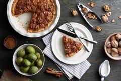 Tarte traditionnel de noix avec des épices et des écrous sur la table en bois foncée Photographie stock libre de droits