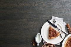 Tarte traditionnel de noix avec des épices et des écrous sur la table en bois foncée Photo stock