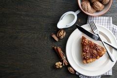 Tarte traditionnel de noix avec des épices et des écrous sur la table en bois foncée Image stock