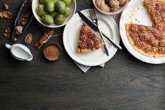 Tarte traditionnel de noix avec des épices et des écrous sur la table en bois foncée Image libre de droits