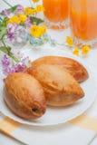 Tarte trois et jus d'orange appétissants Photos stock