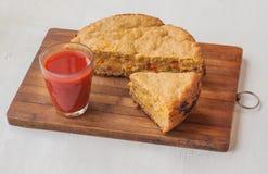 Tarte végétal de farine et de fromage d'avoine par verre de jus de tomates Images libres de droits