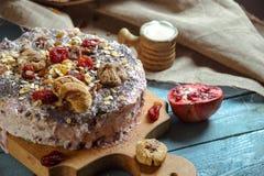Tarte végétarien avec les fruits secs sur un fond bleu Photo libre de droits
