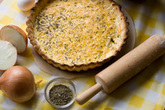 Tarte végétarien rustique traditionnel aux oignons photo stock