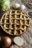 Tarte végétarien rustique traditionnel avec le chou photo stock