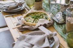 Tarte végétarien sur la table rustique de portion Photographie stock libre de droits