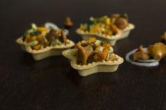 Tartelettes avec des chanterelles Photo stock