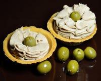 Tartelettes avec le bourrage et les olives de poissons Photographie stock