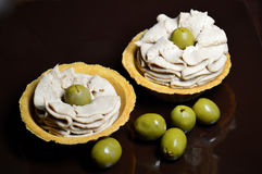 Tartelettes avec le bourrage et les olives de poissons Photo stock