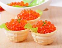 Tartelettes avec le caviar rouge Photo stock