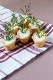 Tartelettes avec le fromage fondu et l'aneth photo libre de droits
