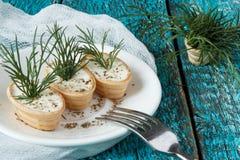 Tartelettes avec le fromage fondu et l'aneth image libre de droits