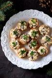 Tartelettes de casse-croûte avec le poulet bouilli, les champignons frits et l'oignon avec l'oeuf et la mayonnaise image libre de droits