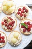 Tartelettes poner crema de la baya del saúco y frutas frescas Fotografía de archivo