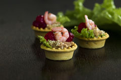 Tartelettes saumonées de persil de mousse de crevette tonalité Image stock