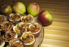 Tartes aux pommes cuites au four sous la forme de roses photos libres de droits