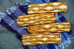 Tartes cuits au four sur une écharpe de laine Photo libre de droits