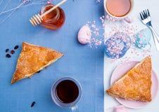 Tartes de maçã com decoração do ovo da páscoa Imagens de Stock